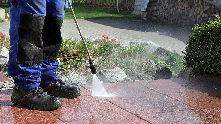 Was hilft am besten gegen Schmutz und grünen Belag: Chemikalien, Hochdruckreiniger oder Hausmittel? Markt gibt Tipps für den Frühjahrsputz auf der Terrasse.