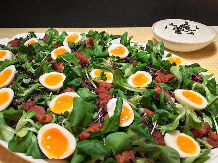 Der stod salat à la skidne æg på menuen hos os i dag - eller rettere sagt feldsalat, masser af karse, smilende vagtelæg og sprødstegte bacontern med en cremet sennepsdressing og ristet sønderjysk rugbrød til. Vi fik salaten som