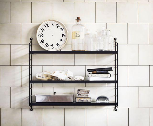Décorer une étagère avec style pour une nouvelle déco dans les toilettes.