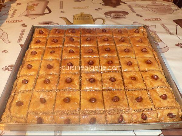 Aujourd'hui, je vous propose ma recette rapide de baklawa algérienne à la pâte de filo qui donne toujours un résultat très croustillant. Baklawa un gâteau traditionnel algérien qui constitue le mus…
