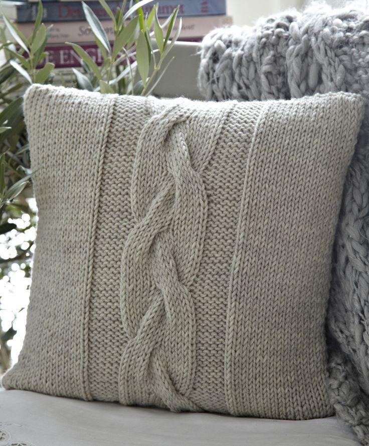 Strik er ikke kun sweatre og halstørklæder - det er også et hit at strikke til boligen. Her er tre bløde, lune betræk til sofapuderne!