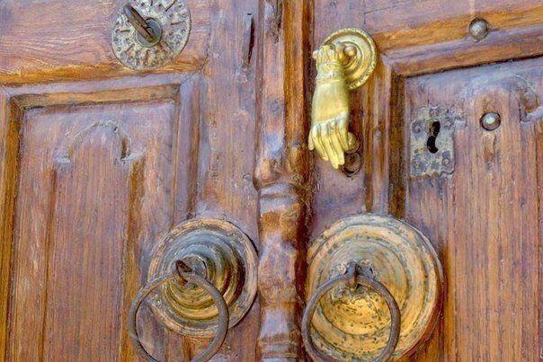 Пессимист – это человек, который жалуется на шум, когда к нему в дверь стучится удача.