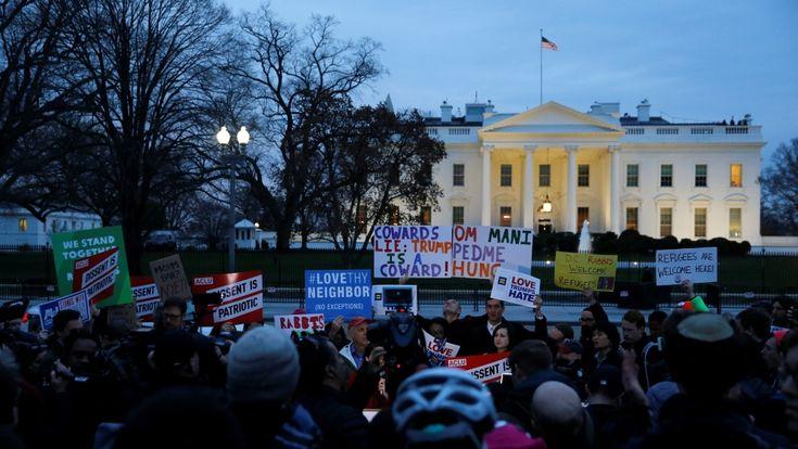 Larangan Muslim Masuk Amerika Dipertahankan Kelompok Hak-hak Sipil Protes  Demonstrasi kelompok Hak-hak-Sipil di Washington DC di luar Gedung Putih  SALAM-ONLINE: Kelompok hak-hak sipil Amerika Serikat (AS) mendesak agar kantor imigrasi merevisi pernyataan yang dikeluarkan oleh Presiden Donald Trump atas larangan Muslim mengunjungi Amerika.  Aksi protes berujung pada penandatanganan memberikan dukungan kepada enam negara yang dilarang memasuki Amerika selama 90 hari dan juga menghentikan…