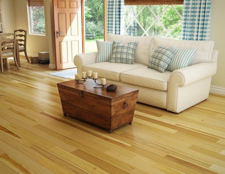 Hickory hardwood floors are perfect for a country home / Des planchers de bois franc Hickory, parfait pour une maison champêtre.