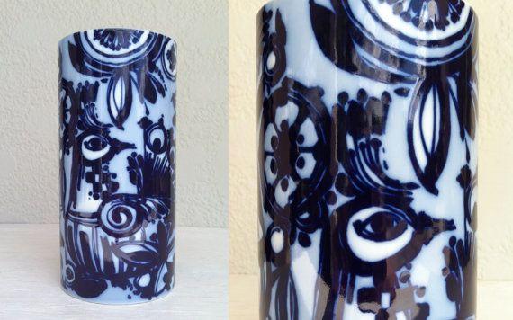 Vintage BJORN WIINBLAD ondertekend cilinder vaas met kobaltblauw pauwen &…