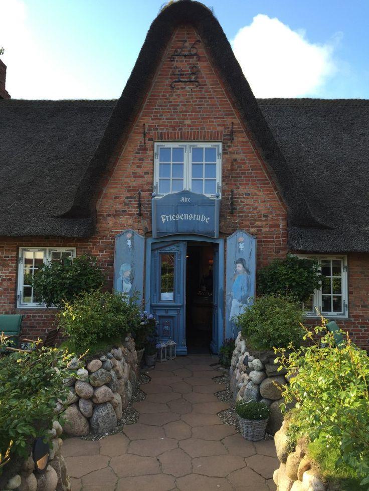 """In Westerland steht eines der ältesten Häuser Sylts von 1648 – in dem das Restaurant """"Alte Friesenstube"""" zu finden…"""