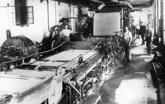 Evolución del papel a lo largo de su historia desde su origen chino, las mejoras árabes y europeas y el desarrollo de la industria papelera moderna.