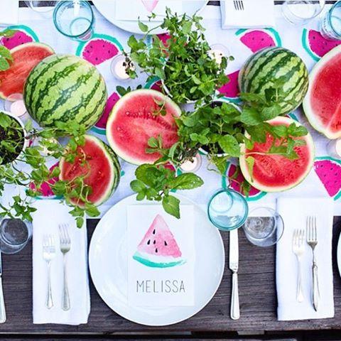 Лето подошло к концу, а арбузами еще можно полакомиться. Чудесный, яркий стол. (photo from internet). #tabletop#tablewear#tablesetting#red#watermelon #summer#сервировка #сервировкастола #арбуз#лето#посуда#красный#стол
