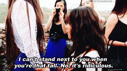 Os problemas fashion que só as baixinhas entendem Nestas horas, é impossível não pensar naquela amiga alta que te faz parecer ainda menor!