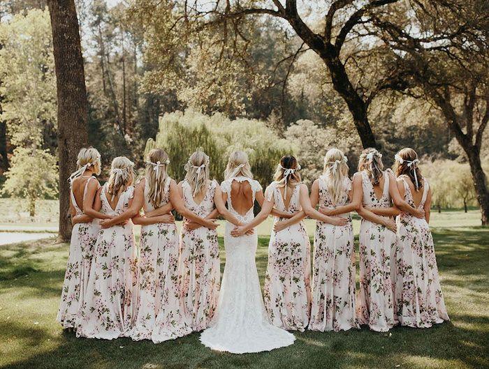 Сарафаны с цветочными принтами по случаю свадьбы.
