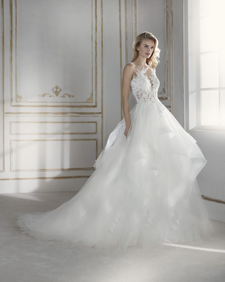 PRIMROSE – LA SPOSA 2018 Stunning wedding dress with two-piece effect. A design that pairs an original full skirt consisting of overlapping tulle and organza frills with a lacy bodice. Its striking bodice has a second-skin effect in which the beaded guipure blends in with the skin. A sensual design that comes with a detachable...  Citește mai mult »