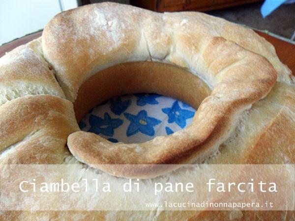 La ciambella di pane farcita è una preparazione facile che richiede un tempo adeguato di lievitazione ma il risultato sarà veramente buono e bello.