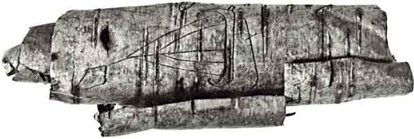 Берестяной cвиток с изображением ладьи. X век. Обнаружен в раскопках Старой Ладоги. Фото А. Кирпичникова. 1984