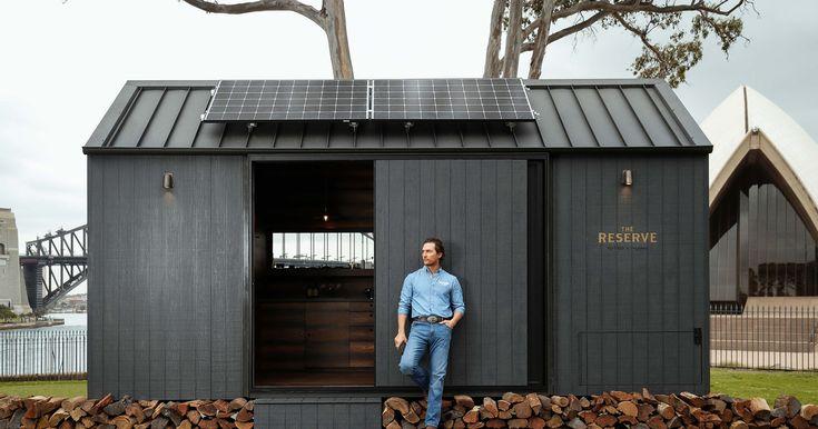 Tú puedes dormir una noche en la increíble cabaña diseñada por uno de los actores más importantes de Hollywood #MatthewMcConaughey Matthew Mcconaughey, Tiny House, Shed, Hollywood, Outdoor Structures, Ideal House, Wooden Plaques, Bar Stand, Solar Power