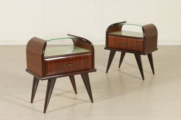 Coppia di comodini; legno impiallacciato bois de rose, vetro retro trattato, vetro. Buone condizioni; presenta piccoli segni di usura.