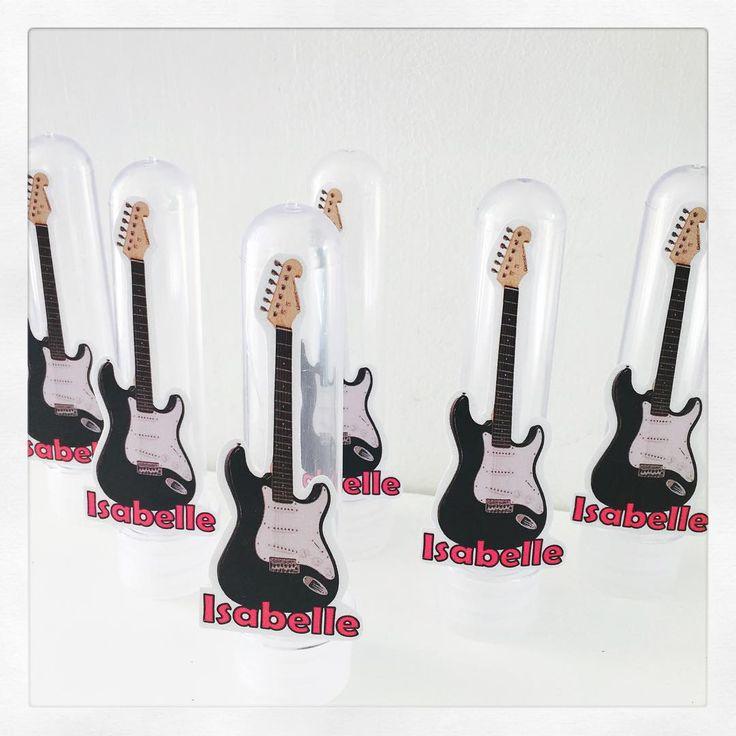 No clima rock preto e Pink, fizemos os tubetes de guitarra e as latinhas LP para a festa da Isabelle, filha da Kelen! #personalizados #rock #musical #festainfantil #kidsparty #ratchimbum #loja #novaodessa