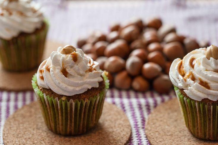 Quante volte leggendo delle ricette inglesi o americane mi sono trovata  a chiedermi se muffin e cupcake fossero solamente nomi diversi per chiamare lo stesso tipo di dolcetto…ne ero praticamente convinta ma ….niente di più sbagliato! I cupcake e i muffin si assomigliano forse  solo per loro dimensi