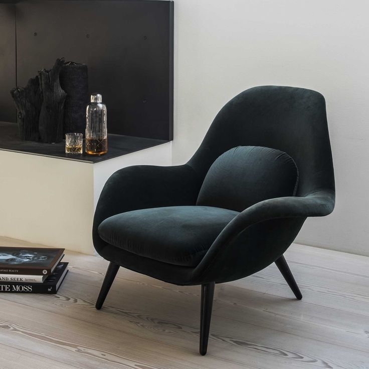 For å fylle gapet mellom lenestolen og loungestolen designet Space Copenhagen 'Swoon' Chair. Stolen har et organisk design innbyr til total avslapning med eksepsjonell ryggstøtte og komfort. Stolen er konstruert av et sprøytestøpt skall polstret med enten skinn eller tekstil og myke tekstilputer. Stolen er designet med tanke på å ikke ta for mye plass og for å være enkel og plassere. Den leveres i et stort utvalg av farger og materialer. Stolbena blir levert i fem ulike utførelser (la...