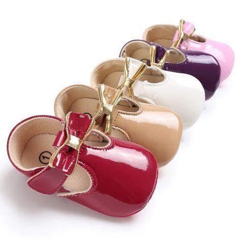 Foto de Frente De Menina Pequena Do Espelho Usando Sapatos