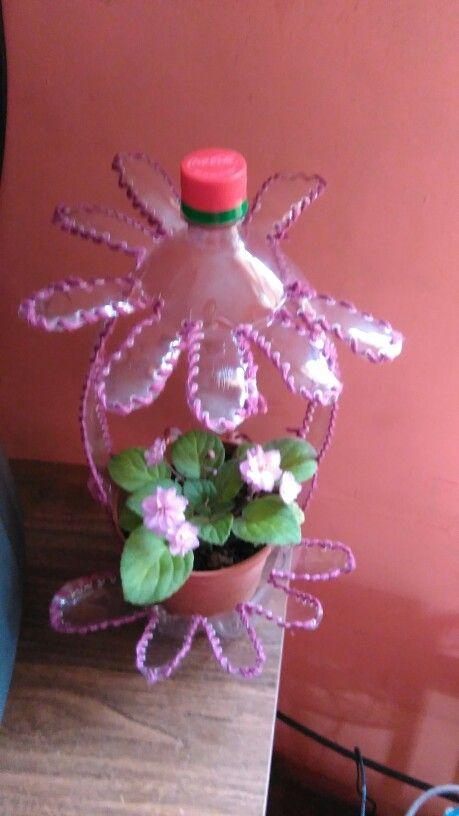 Reciclado de botellas plásticas hermosa violeta risada