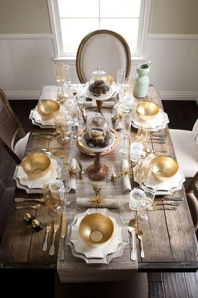 Mesa madera rústica con vajilla blanca y dorada