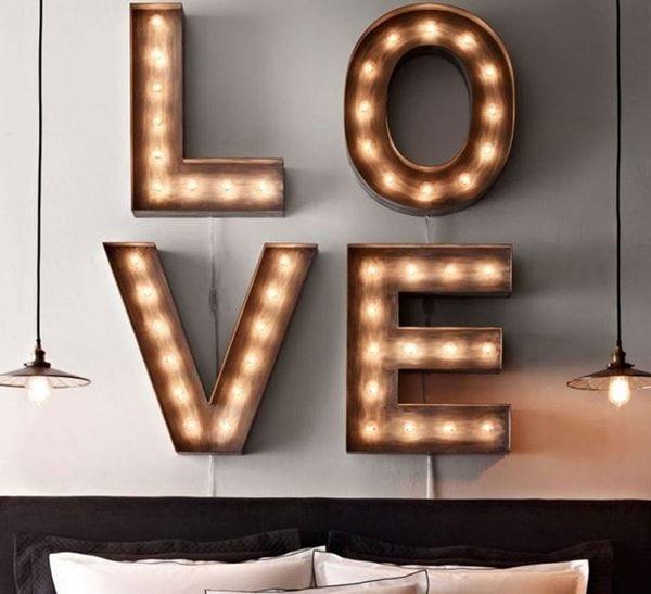 Letreros luminosos para decorar cabeceros de cama. Carteles luminosos, tendencia en decoración de interiores. #tendencias2017 #cabeceros #cartelesluminosos