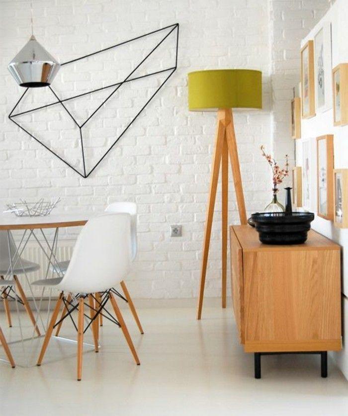 mur en briques, table rond et mur en briques, lampe haute en bois, décoration murale en fer