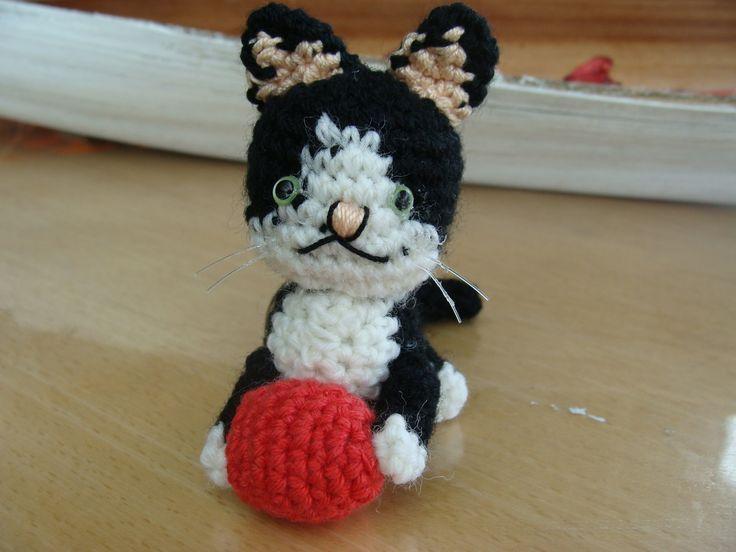 porte-clefs amigurumis en forme de chat réalisé à la main au crochet : Porte clés par krysmesdoigtsdefee