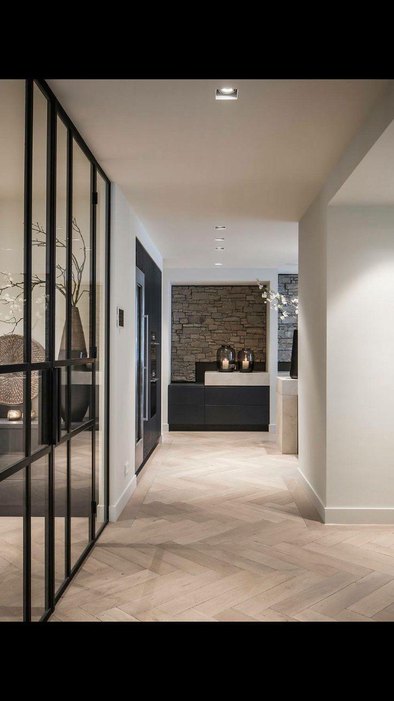 Holzboden. Weisse Wände. Schwarze Rahmen Schwarze Schränke – Philomène
