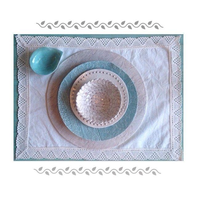Platos de cerámica hechos a mano con molde de puntillas.
