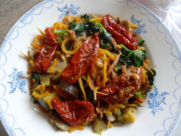 Zoete aardappel pasta met gedr. tomaten, champignons, spinazie en aubergine