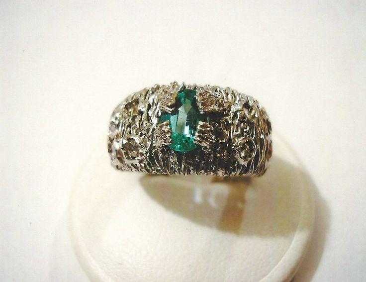 Anello in oro bianco 18kt con diamanti e smeraldo. White gold 18kt ring with diamonds and emerald.    #jewelry #jewellery #anello #ring #diamond #pearl #handmade #handmadejewelry #gioielli #gioielliartigianali #fattoamano #gold #diamondpave #sapphire #sapphires #oro #orobianco #whitegold #珠宝 #钻石 #豪华 #redgold #ororosso #yellowgold #orogiallo