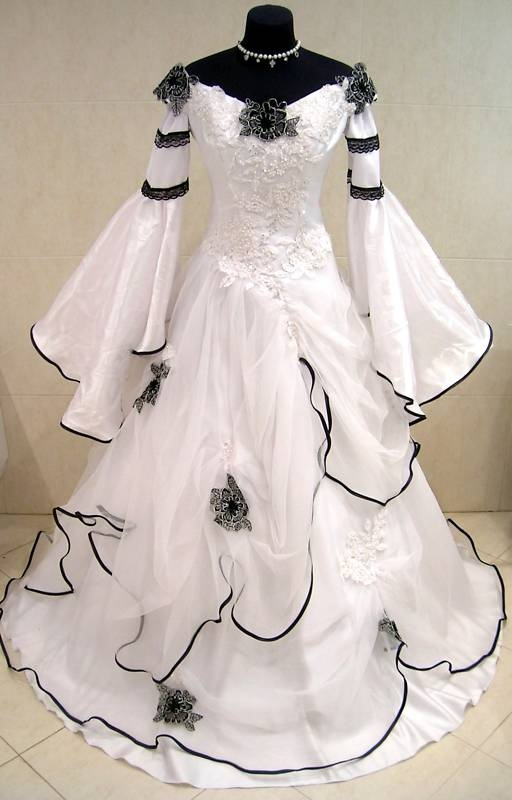 Medieval Wedding Dress...searching costumes due to my late addition to my wardrobe...this is gorgeous!