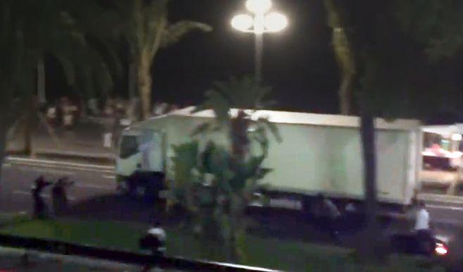 Al menos 80 muertos en Niza en un ataque terrorista tras ser arrollados por un camión | Internacional Home | EL MUNDO http://www.elmundo.es/internacional/2016/07/14/57880490e2704ebe158b4641.html