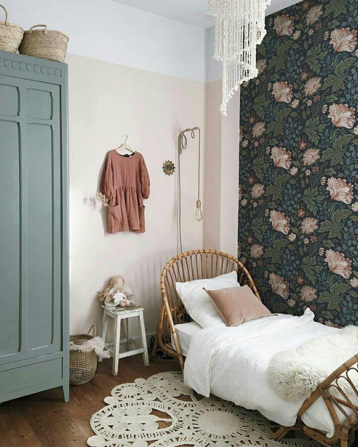 Môme aime : Le rotin associé aux couleurs pastel (vert et vieux rose) et le papier peint ! so vintage...