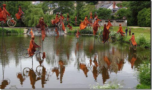 Installazione scultura raffigura la gente in bicicletta che attraversano da una banca all'altra (11 foto) foto