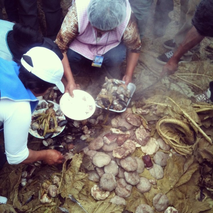 Curanto al hoyo. Comida chilota que contiene mariscos, pollo, cerdo, Milcao, chapalele, papas, habas y arvejas. Cocido sobre piedras calientes y bajo hojas de Nalca.