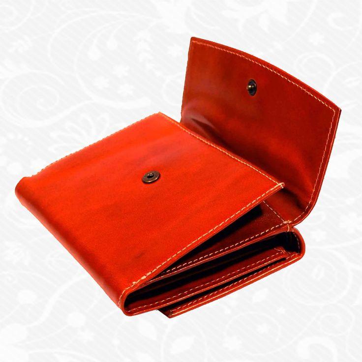 Dámska kožená peňaženka vyrobená z prírodnej kože. Kvalitné spracovanie a talianska koža. Ideálna veľkosť do vrecka a značková kvalita pre náročných. Overená kvalita pravej kože. Peňaženka sa vyznačuje vysokou kvalitou použitých materiálov a ich precíznym spracovaním. http://www.vegalm.sk/produkt/kozena-penazenka-c-8466/
