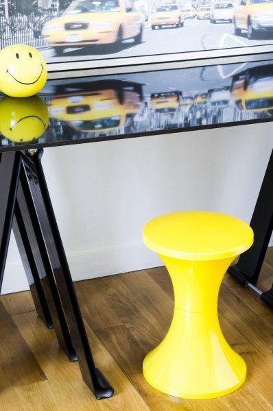 Designerski Stołek Tam Tam Pop Bananowy   Piękny, nowoczesny taboret Tam Tam o ponadczasowym designie  OUTLAB - wyposażenie wnętrz. Designerskie meble, akcesoria, oświetlenie