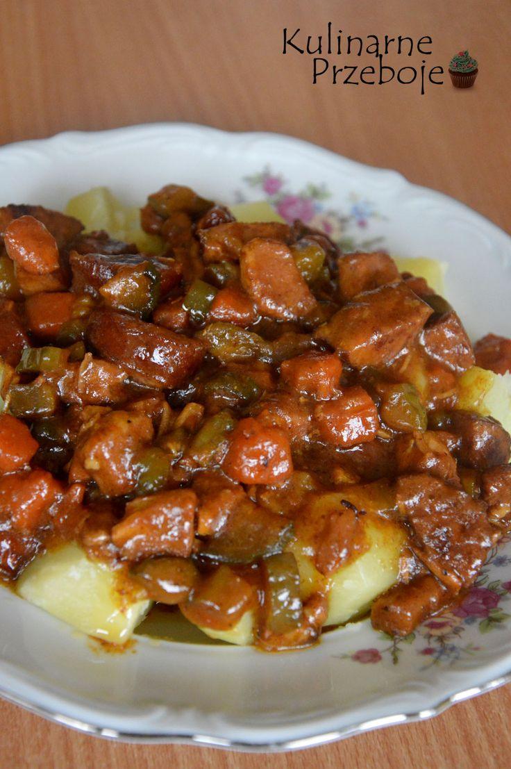 Gulasz ze schabu i kiełbasy. Gulasz ze schabu. Gulasz z kiełbasą. Gulasz z mięsem, marchewką i ogórkiem kiszonym. Pyszny gulasz ze schabem i marchewką.