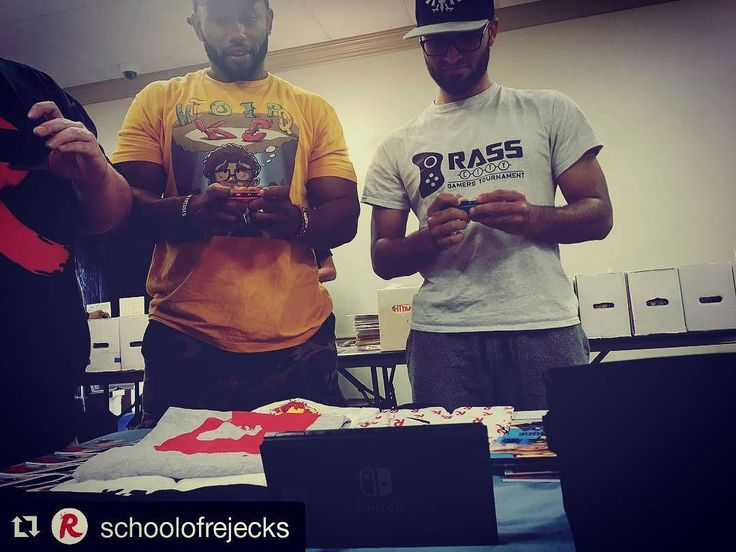 #Repost @schoolofrejecks (@get_repost)  @hector_navarro_ramos for the win for bringing the switch to our comic debut to play the new #streetfighter @brasscitygamerstournament #theswitch #nintendoswitch #nintendo #gamers #collaboration #friends #supportartists #comics #cliffcon