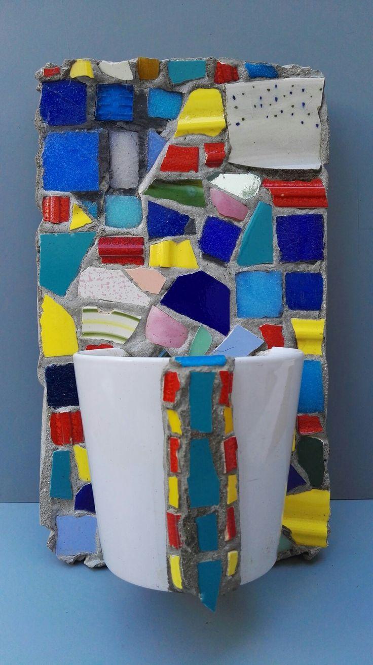 Mosaiquismo. Macetero colgante vertical con taza y trencadis. Por Ricardo Stefani.