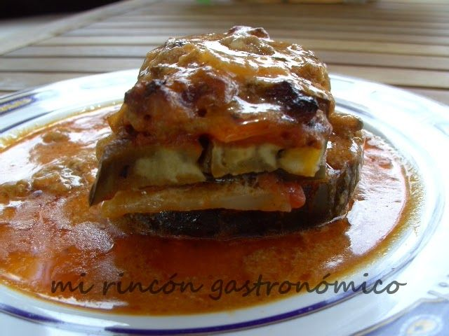 _Esta receta es ideal para comer verdura y la patata le da un toque especial. INGREDIENTES: 1. 3 patatas crudas 2. 300 g de salsa boloñesa 3. 200 g denata 4. 100 g de queso rallado 5. 1 berenjena mediana 6. 4 cucharadas de aceite de olivaELABORACIÓN: 1.) Corto las patatas y la berenjena en rodajas de  cm. 2.) Untar el fondo de una bandeja con una cucharada de aceite de oliva y colocar una capa de rodajas de patata. 3.) Acontinuaciónponga encima la salsa boloñesa las rodajas de berenjena la…