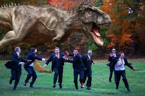 ¿Escena de una película? Noooo, alguien tuvo la genial idea de contratar a una figura de T-Rex tamaño natural para una boda. La novia y damas de honor, ya se imaginarán, tuvieron que esperar que los caballeros dejaran de divertirse.