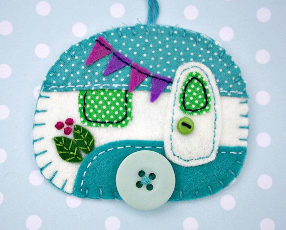 Handmade felt caravan ornament.  Vintage caravan trailer hanging ornament, handmade from felt and decorated with fabric scraps. With tiny felt bunting and buttons for the wheel and door knob, blanket stitched edges and a cotton loop for hanging.  Turquoise and white with pink-purple details.  The ornament is flat in shape, with a plain felt back. Size approx 3 x 2.5 inches / 7.5 x 6.5 cm  A perfect finishing touch for a little caravan, or the Christmas tree.  There are more felt caravan…