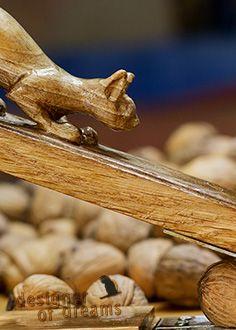 polandhandmade.pl #polandhandmade #rzeźba  Dziadek do orzechów, który tak na prawdę jest wiewiórką. Sama wiewiórka jest wykonana z orzecha, a reszta dziadka z dębu. Ta wiewiórka radzi sobie z najtwardszymi orzechami.