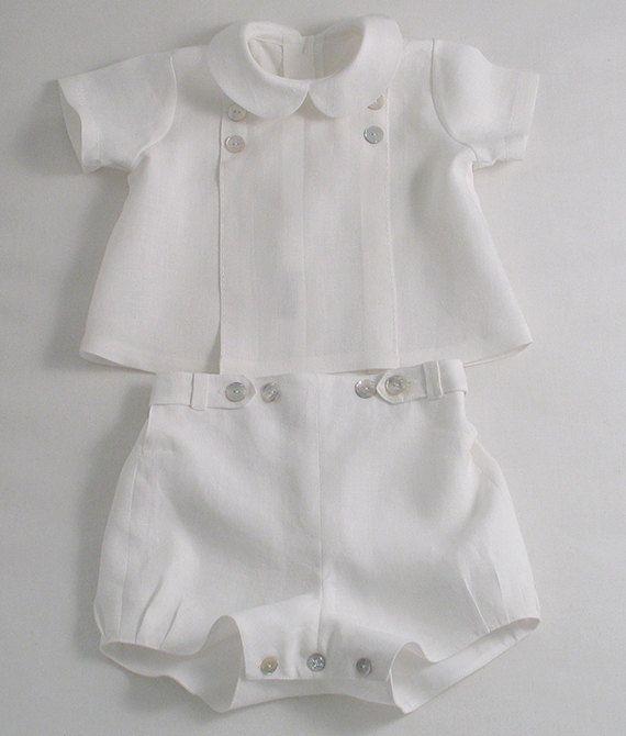 Traje de lino blanco para un niño