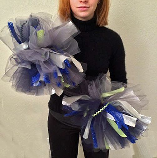 how to make pom poms for super bowl party | Kelsey & poms
