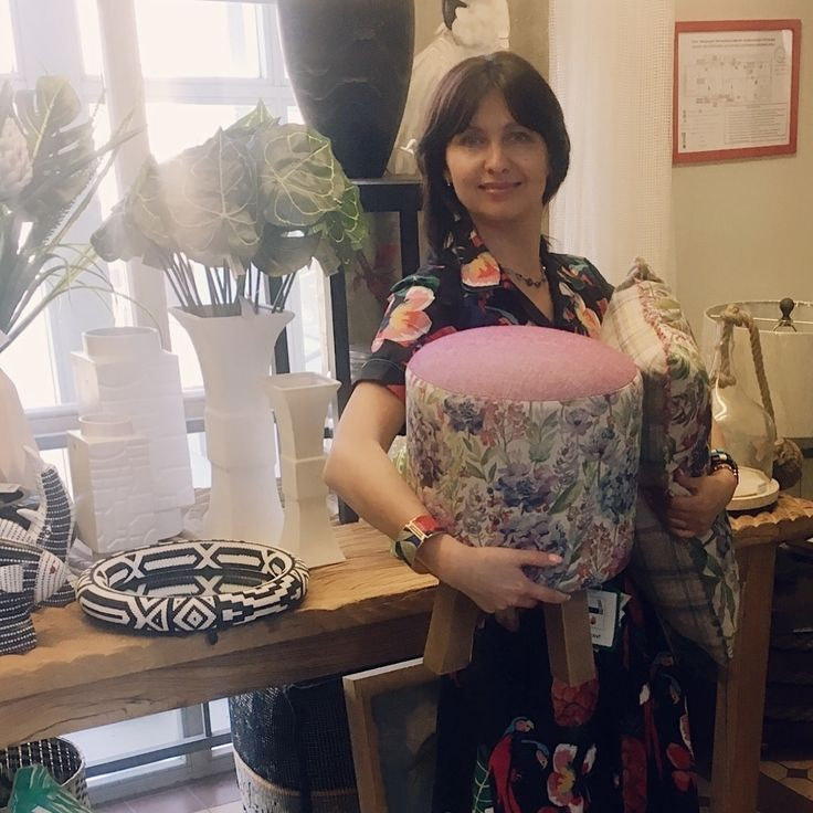 на днях в #galleria_arben заглянула @annayakupova, победитель лотереи на дне рождения @roomble, и ушла с подушкой и пуфиком @voyage_deco в чудесном настроении #дизайн #ткани #подарок #счастье #дизайнинтерьера #decoration #fsbric #ткани #pillows #happ