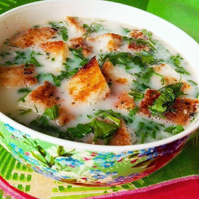 Сырный суп с гренками.  Ингредиенты: картофель 4 шт., плавленный сырок 1 шт., вермишель паутинка, соль, перец, хлеб, зелень.  Приготовление: в кипящую подсоленную воду запускаем порезанный на небольшие кусочки картофель.  Через 15 минут, кладем к картофелю, натертый сыр, перемешиваем.  Как только сыр хорошо раствориться, солим, перчим, добавляем вермишель и варим 3 минуты.  На сливочном масле обжариваем кусочки хлеба или батона.  Суп подаем с гренками и посыпаем зеленью.  #приятногоаппетита…